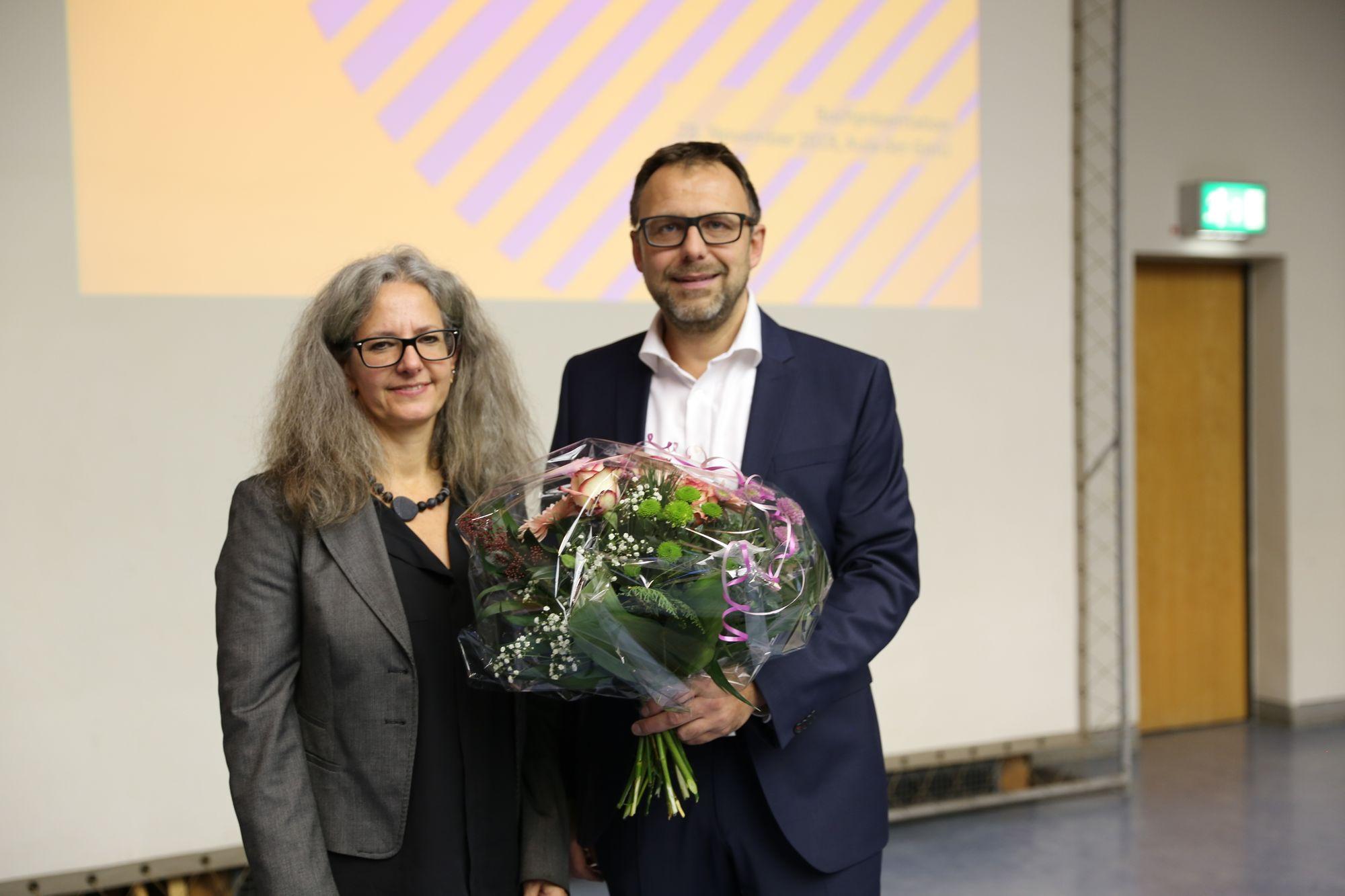 Autorin Chris Gerbig und Schulleiter Dr. Michael Kiefer